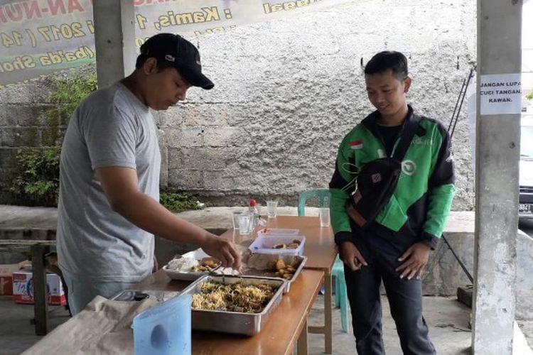 Warga Perumahan Sinar Pamulang, Tangerang Selatan turut ambil sikap ditengah pandemi Covid-19 dengan mendirikan dapur umum. Dapur umum tersebut didirikan sejak Minggu (5/4/2020).