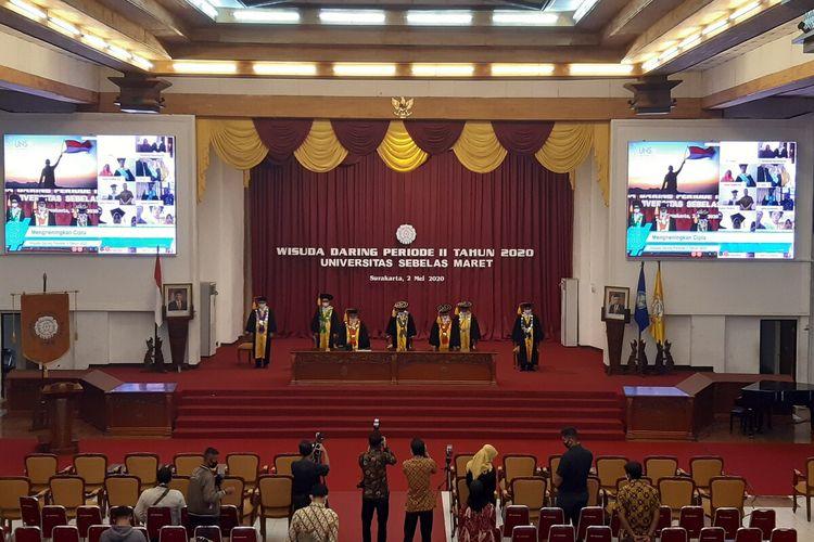 Prosesi wisuda periode II UNS secara daring dilaksanakan di Gedung Auditorium GPH Haryo Mataram UNS Solo, Jawa Tengah, Sabtu (2/5/2020).