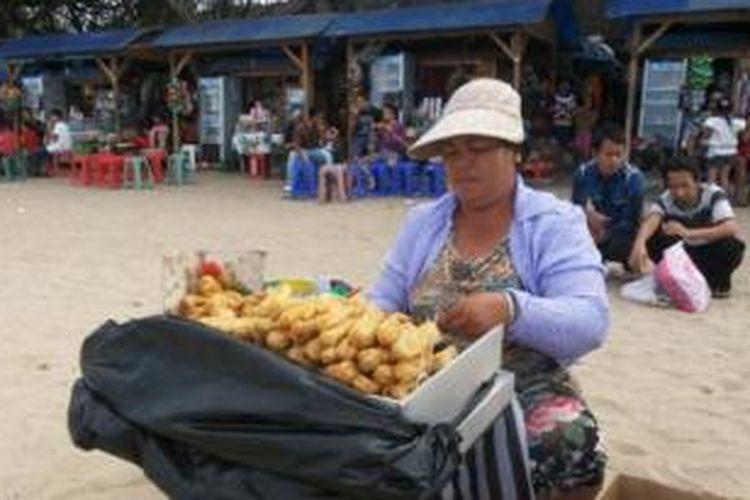 Selain menikmati keindahan alam, pengunjung bisa menikmati kuliner murah di Pantai Sanur, Kota Denpasar, Bali, Senin (28/7/2014).