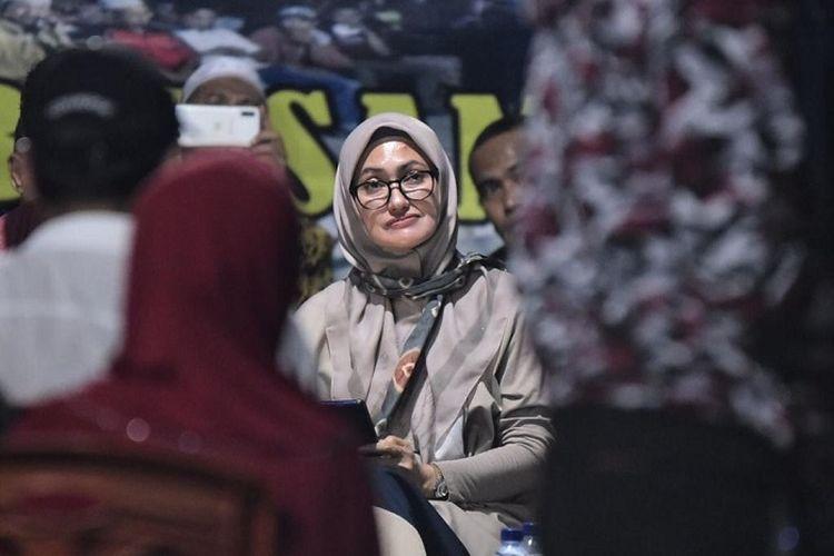 Bupati Luwu Utara, Indah Putri Indriani, saat memberikan sambutan di acara Sosialisasi Program Bantuan Stimulan Rumah Tidak Layak Huni, Sabtu (14/3/2020), di Desa Pararra, Kecamatan Sabbang. Luwu Utara.