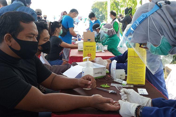 Sejumlah wisatawan asal Jakarta yang mengarah ke Puncak Bogor ditest rapid di Taman Wisata Matahari, Kecamatan Cisarua, Kabupaten Bogor, Jawa Barat, Minggu (31/6/2020)
