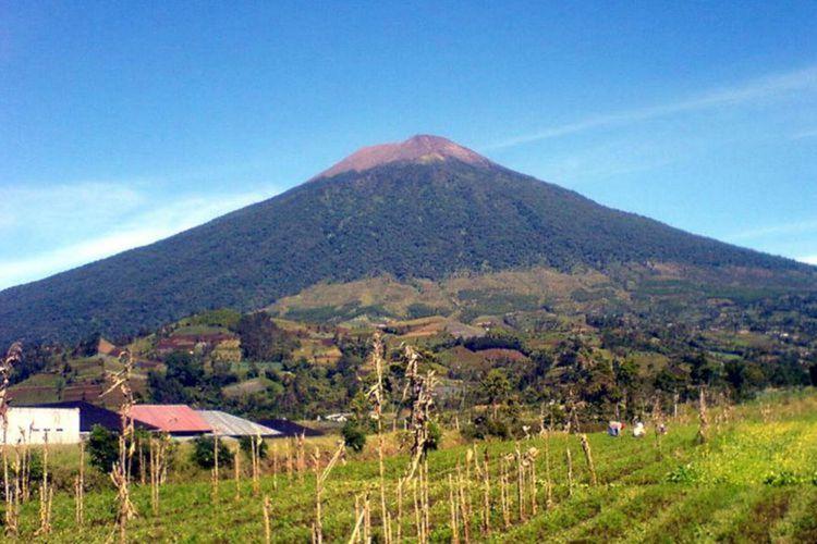 Gunung Slamet (3.428 mdpl) di Jawa Tengah. Ilustrasi