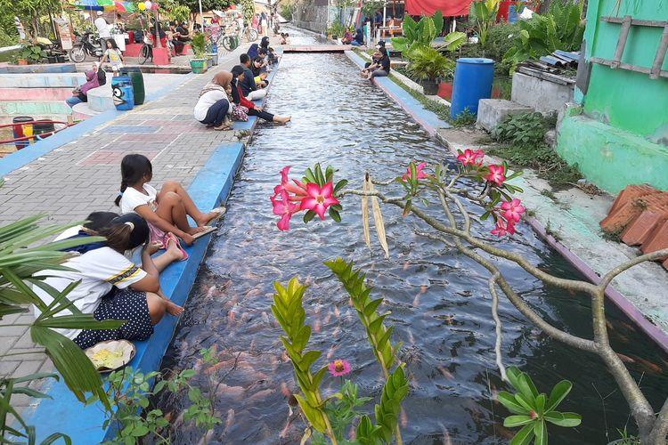 warga masyarakat saat menikmati suasana dipinggir saluran irigasi Bendung Lepen, di Kampung Mrican, Umbulharjo, Kota Yogyakarta