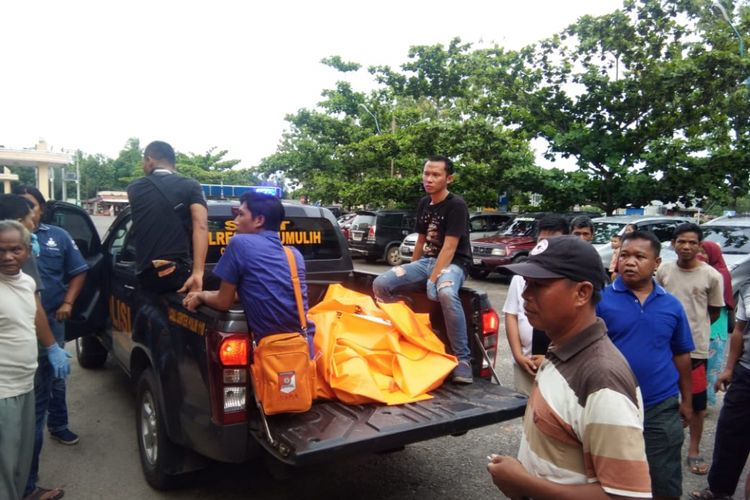 Salah satu korban penembakan yang diduga dilakukan oleh oknum TNI Serka KC saat dilakukan evakuasi oleh pihak kepolisian. Dalam peristiwa tersebut tiga orang dinyatakan tewas.