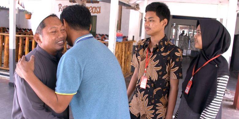 Hassan bertemu korban pengeboman Kedutaan Australia, Iwan Setiawan dan dua anaknya di Nusakambangan.