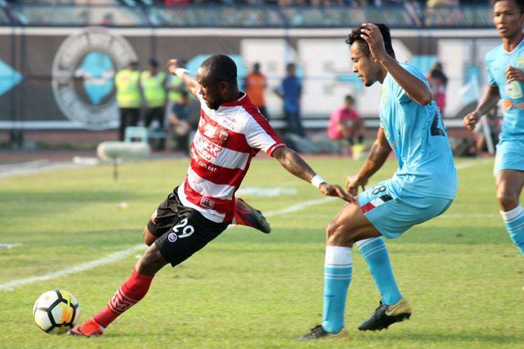 Zah Rahan (kiri) saat memperkuat Madura United menghadapi Persela Lamongan.