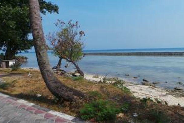 Pemandangan pantai sepanjang jalan menuju Jembatan Cinta, di Pulau Tidung, Pulau Seribu, DKI Jakarta.