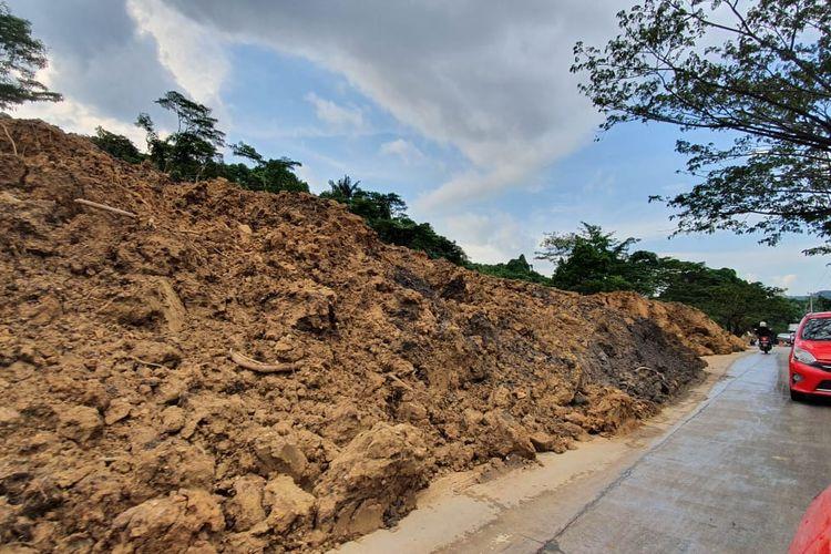 Material longsor yang menimbun badan Jalan Pattimura, di Kelurahan Mangkupalas, Samarinda, Kalimantan Timur sejak Jumat (24/7/2020).