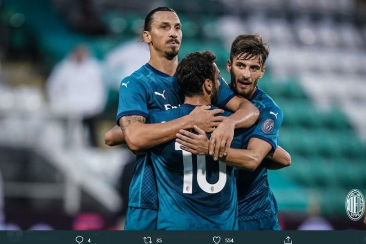 Penyerang AC Milan Zlatan Ibrahimovic (kiri) merayakan golnya ke gawang Shamrock Rovers pada laga kualifikasi kedua Liga Europa 2020-2021 di Stadion Tallaght, Dublin, Irlandia, Kamis (17/9/2020) atau Jumat dini hari WIB.