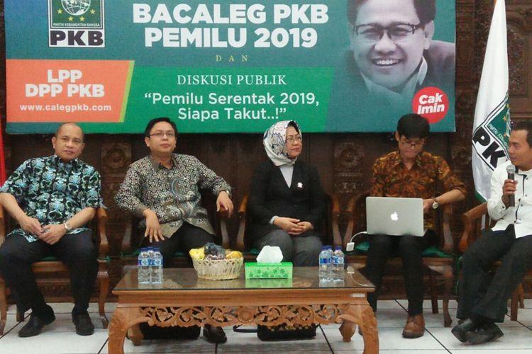Direktur Eksekutif Indikator Politik Indonesia Burhanuddin Muhtadi (dua dari kiri) dalam diskusi di Graha Gus Dur, Partai Kebangkitan Bangsa (PKB), Jakarta, Senin (11/12/2017).