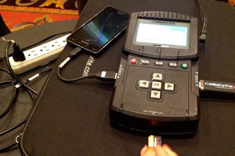 Cellebrite mendemonstrasikan kemampuan perangkatnya menjebol ponsel dalam pameran CTIA 2013.