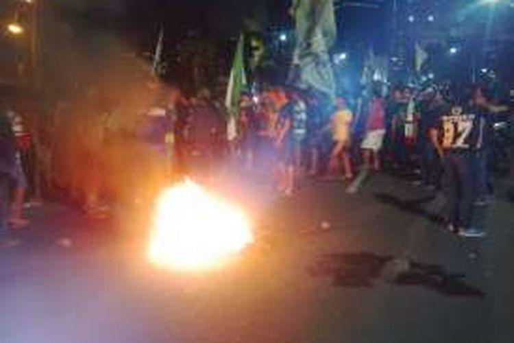Bonek menutup Jalan Gubernur Suryo Surabaya, Kamis (10/11/2016) malam.
