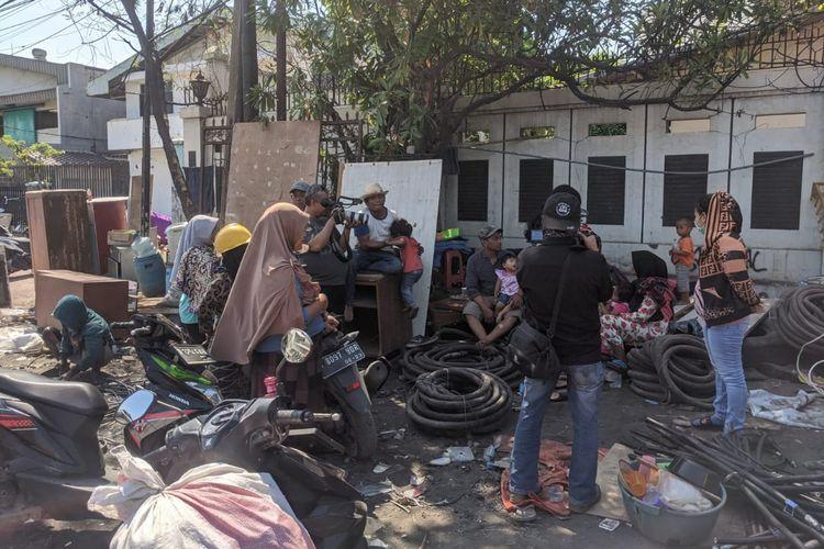 Gubuk kayu yang dibangun warga terdampak penggusuran Sunter Agung, Tanjung Priok, Jakarta Utara dibongkar Satpol PP, Selasa (19/11/2019).