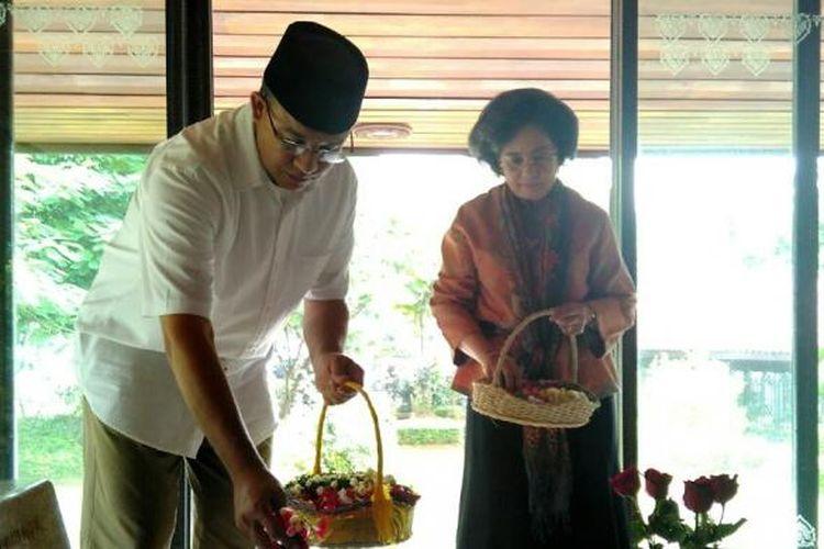 Calon gubernur DKI Jakarta Anies Baswedan berziarah ke makam Proklamator Mohammad Hatta dan istrinya Siti Rahmiati Hatta, di TPU Tanah Kusir, Kebayoran Lama, Jakarta Selatan, Selasa (7/3/2017). Anies ditemani putri Bung Hatta, Meutia Farida Hatta.