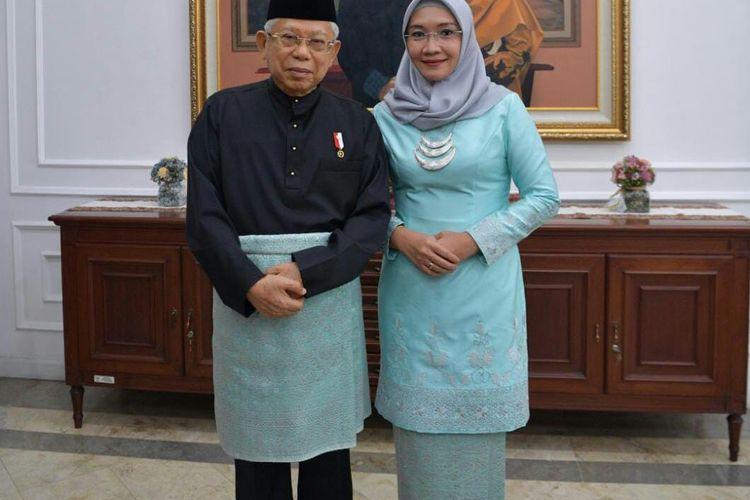 Wakil Presiden Maruf Amin dan istrinya Wurry Maruf Amin mengenakan pakaian adat Melayu dan baju kurung modern sebelum melaksanakan upacara peringatan HUT ke-75 RI di Istana Merdeka, Jakarta, Senin (17/8/2020).