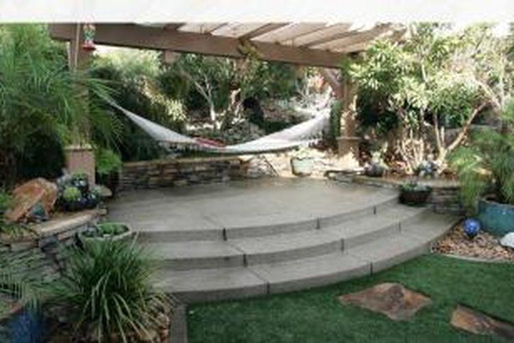 Yang paling sederhana, Anda bisa menempatkan hammock (ayunan gantung) yang cocok untuk menikmati santai di sore hari. Tanpa pohon, Anda pun bisa membuat sendiri pengaitnya.