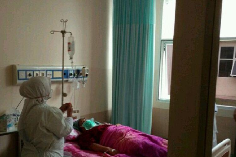 Petugas sedang melakukan observasi dan pemeriksaan terhadap seorang pasien difteri dewasa di RSU Zainal Abidin Banda Aceh. Dalam sebulan terakhir, jumlah pasien difteri bertambah jumlahnya menjadi 11 orang yang dirawat di RSUZA Banda Aceh.