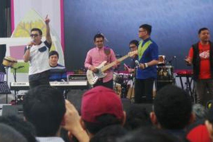 Grup band Kahitna tampil dalam Syukuran Kompas Gramedia 2015: Pesta Rakyat di pelataran parkir Gedung Kompas Gramedia, Jalan Palmerah Selatan, Jakarta Pusat, Kamis (22/1/2015) siang.