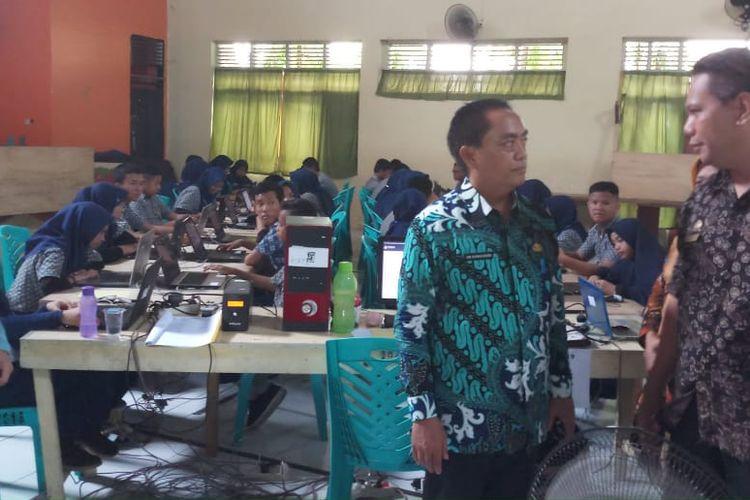 Kepala Dinas Pendidikan Kota Makassar Abd Rahman Bando mengecek pelaksanaan UNBK SMP di Kota Makassar