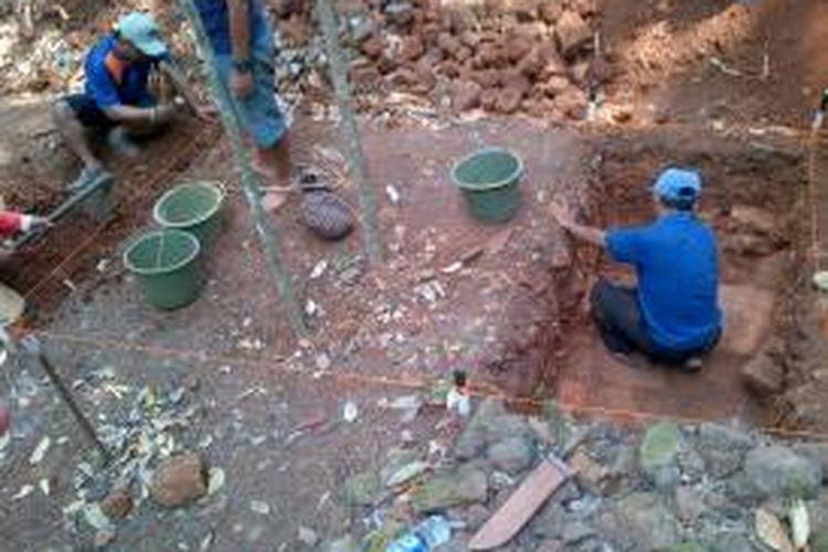 Para pekerja menggali situs kuno yang diduga peninggalan Kerajaan Mataram Kuno di Semarang, Senin (28/9/2015)