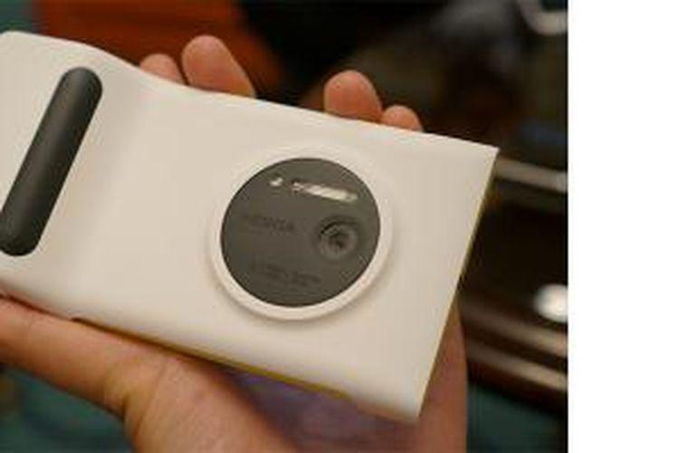 Lumia 1020 dalam balutan aksesoris casing berwarna putih