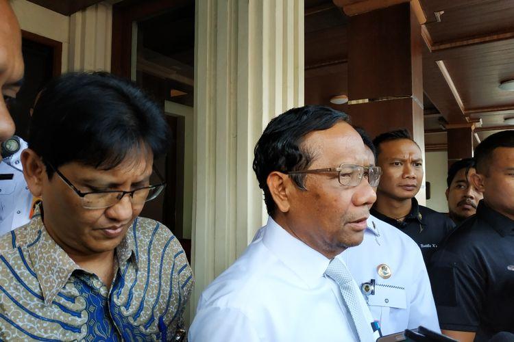 Menteri Koordinator Bidang Politik, Hukum dan Keamanan (Menko-Polhukam), Mahfud MD,  memberikan keterangan di Kantor Kemenko-Polhukam, Medan Merdeka Barat, Jakarta Pusat, Rabu (20/11/2019).