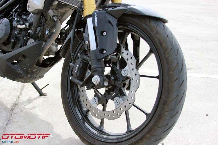 Honda CB150R ExMotion. Sudah dilengkapi dengan Anti-lock Braking System (ABS)