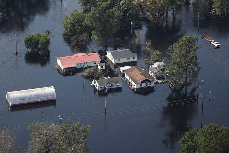 Air merendam rumah warga dan jalan-jalan di Lumberton, North Carolina akibat badai Florence yang menerjang September lalu.