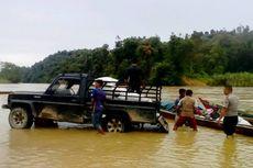 Salurkan Raskin, Petugas Ini Harus Susuri Sungai Deras Hingga 3 Jam