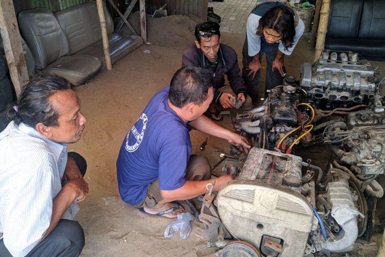 Salah seorang pembeli tengah membeli onderdil mobil tua di pusat onderdil bekas di Pasar Kliwon, Solo, Jawa Tengah (Jateng).