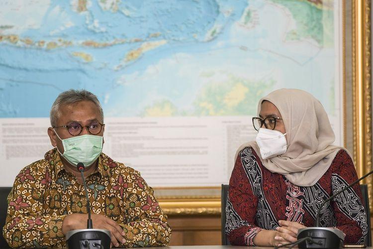 Ketua Komisi Pemilihan Umum (KPU) Arief Budiman (kiri) dan Komisioner KPU Evi Novida Ginting Manik (kanan) memberikan keterangan pers di Kantor KPU, Jakarta, Senin (24/8/2020). Evi Novida Ginting Manik kembali menjabat sebagai Komisioner KPU setelah sempat diberhentikan karena dugaan pelanggaran kode etik oleh Dewan Kehormatan Penyelenggara Pemilu (DKPP). ANTARA FOTO/Galih Pradipta/wsj.