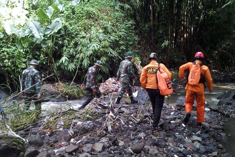 Proses pencarian terhadap bocah yang hilang akibat terseret arus banjir di Karangploso, Kabupaten Malang, Selasa (11/2/2020).