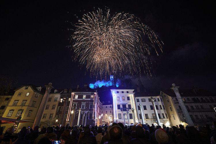 Pertunjukan kembang api malam tahun baru 2020 di Ljubljana, Slovenia, Rabu (1/1/2020). Seperti tahun-tahun sebelumnya, semarak pesta kembang api masih mendominasi perayaan malam pergantian tahun di berbagai belahan dunia.