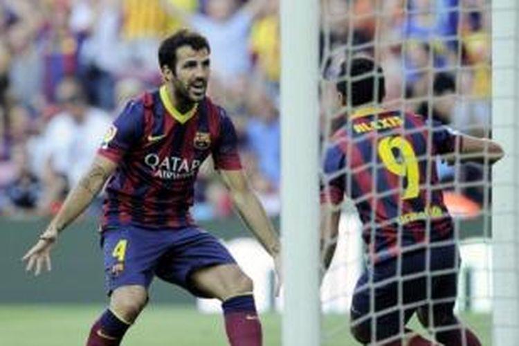 Gelandang Barcelona, Cesc Fabregas (kiri), merayakan gol yang dicetak rekannya, Alexis Sanchez (kanan), pada laga melawan Levante di Stadion Camp Nou, Minggu (18/8/2013).