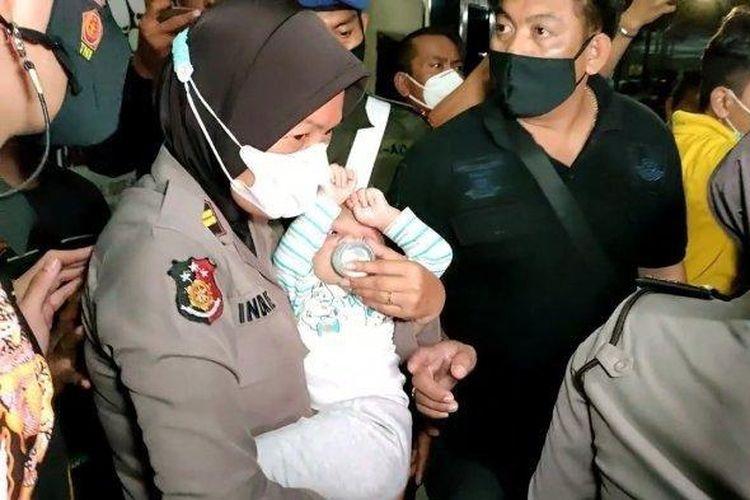 Anak prajurit TNI Kodam Jaya saat didampingi unit PPA Polres Indramayu di Mapolres Indramayu, Jumat (21/5/2021) malam