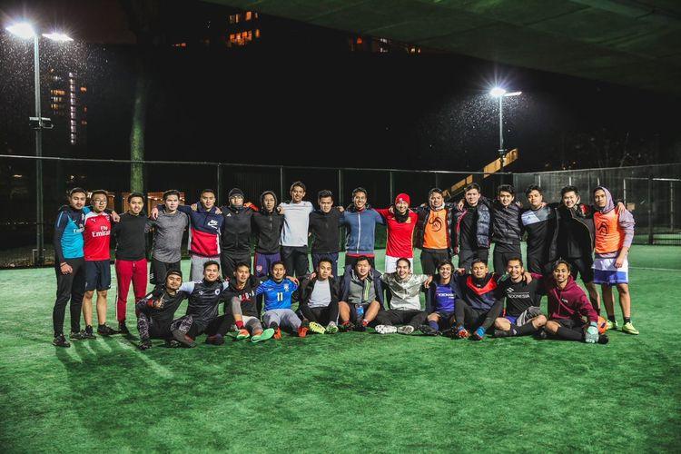 Para anggota ILFC atau Indonesia London Football Club saat bermain di Westway Sports Centre, London.