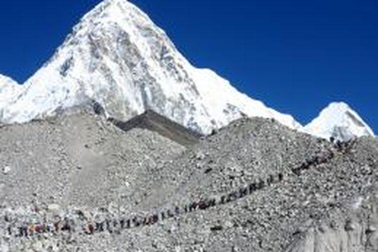 Pendaki Gunung Everest mengantri menuju Everest Base Camp di ketinggian 5.364 meter di atas permukaan laut.