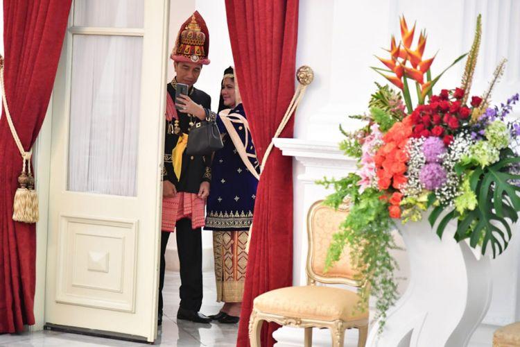 Presiden Joko Widodo dan Ibu Negara Iriana Joko Widodo bersiap mengikuti upacara, Istana Merdeka, Jumat 17 Agustus 2018 pukul 09.35.