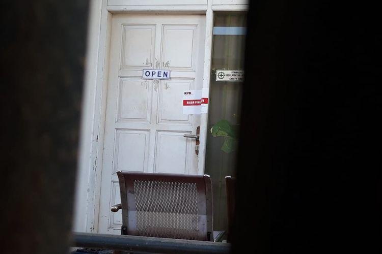 Pintu kantor PT Kusuma Tjandra Contractor di Dusun Baturan, Kecamatan Colomadu, Karanganyar, Jawa Tengah disegel KPK terkait OTT di Yogyakarta, Selasa (20/8/2019).