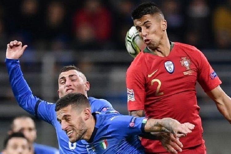 Marco Verratti, Cristiano Biraghi, dan Joao Cancelo mencoba menyundul bola pada pertandingan Italia vs Portugal di San Siro dalam lanjutan UEFA Nations League, 17 November 2018.