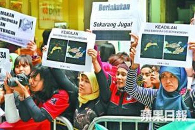 Para pembantu rumah tangga asal Indonesia di Hong Kong menggelar unjuk rasa mendukung rekan mereka Erwiana Sulistyaningsih yang disiksa majikannya.