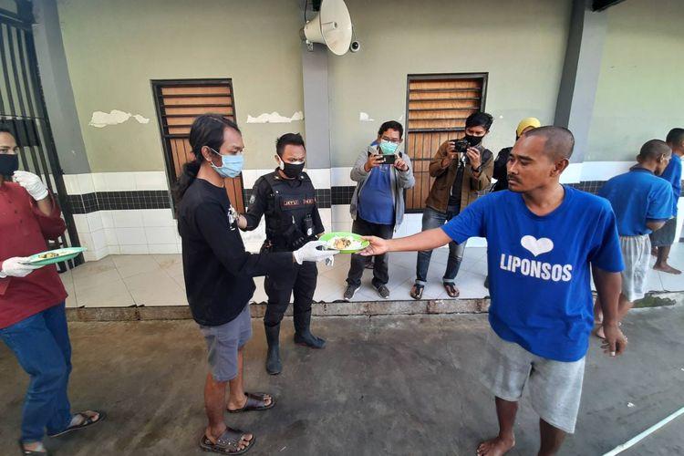 Sebanyak 25 orangpelanggarprotokol kesehatan yang tak bermasker dikirim ke Liponsos Keputih, Surabaya, dan dihukum memberi makan ODGJ, Minggu (28/6/2020).