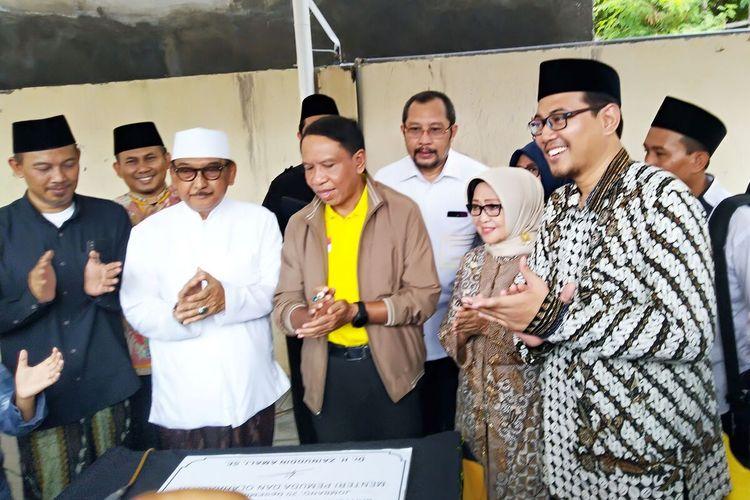 Menteri Pemuda dan Olahraga Zainuddin Amali (berjaket dan kaos kuning), bersama para pengasuh Pondok Pesantren Bahrul Ulum Tambakberas Jombang dan pengurus Pagar Nusa Jawa Timur, usai menghadiri acara penutupan Kejurda Pencak Silat Pagar Nusa Jawa Timur, Sabtu (21/12/2019).