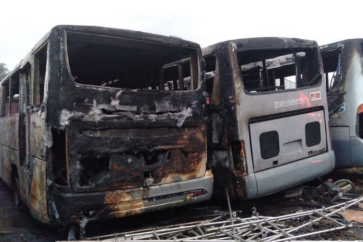Puluhan bus Transjakarta terbakar di terminal Pondok Cabe, Tangerang Selatan, Jumat (27/9/2019)