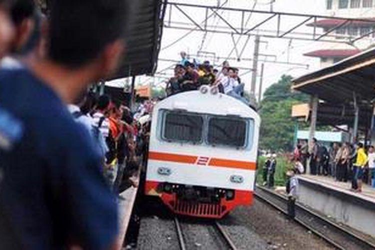 Perjalanan KRL kembali normal setelah aksi blokade rel yang dilakukan oleh para pedagang dan mahasiswa di Stasiun Pondok Cina, Depok, Jawa Barat, Senin  (14/1/2013) karena penertiban stasiun.