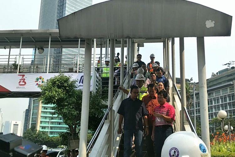 Jembatan penyeberangan orang (JPO) yang terpasang di samping bundaran Hotel Indonesia (HI) yang akan dirobokan. Foto diambil pada Minggu (22/7/2018).
