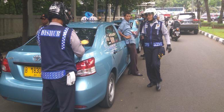 Suku Dinas Perhubungan Jakarta Selatan merazia kendaraan yang parkir liar di Jalan Widya Chandra, Kuningan Barat, Jakarta Selatan, Kamis siang (27/10/2016).