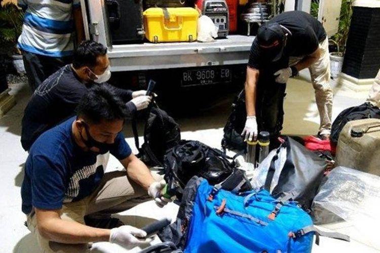 Personel Polres Subulussalam memeriksa barang bawaan pembuat film dokumenter di Subulussalam.
