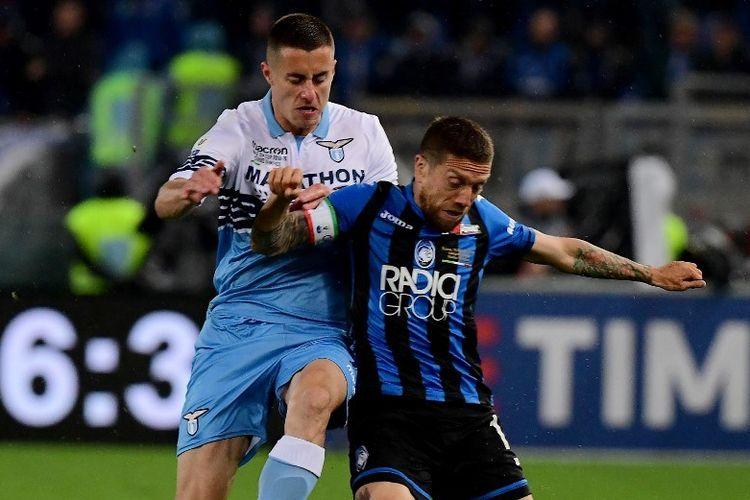 Adam Marusic mengawal ketat Alejandro Papu Gomez pada pertandingan Atalanta vs Lazio dalam final Coppa Italia di Stadion Olimpico, 15 Mei 2019.