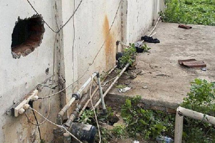 Lubang berdiameter sekitar 30 sentimeter yang digunakan para tersangka kasus narkotika kabur dari Rumah Tahanan Negara Tindak Pidana Narkoba Polri di Cawang, Jakarta Timur, Selasa (24/1). Sebanyak tujuh tahanan kabur dengan cara membobok tembok kamar mandi menggunakan batang besi sepanjang 30 cm dan setebal paku, kemudian memanjat tembok setinggi 2,5 meter.